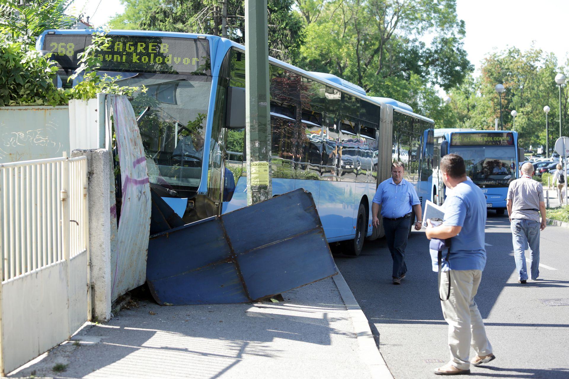 IZBJEGAVAO BICIKLISTU: ZET-ov autobus udario u ogradu u Paromlinskoj, četiri osobe ozlijeđene