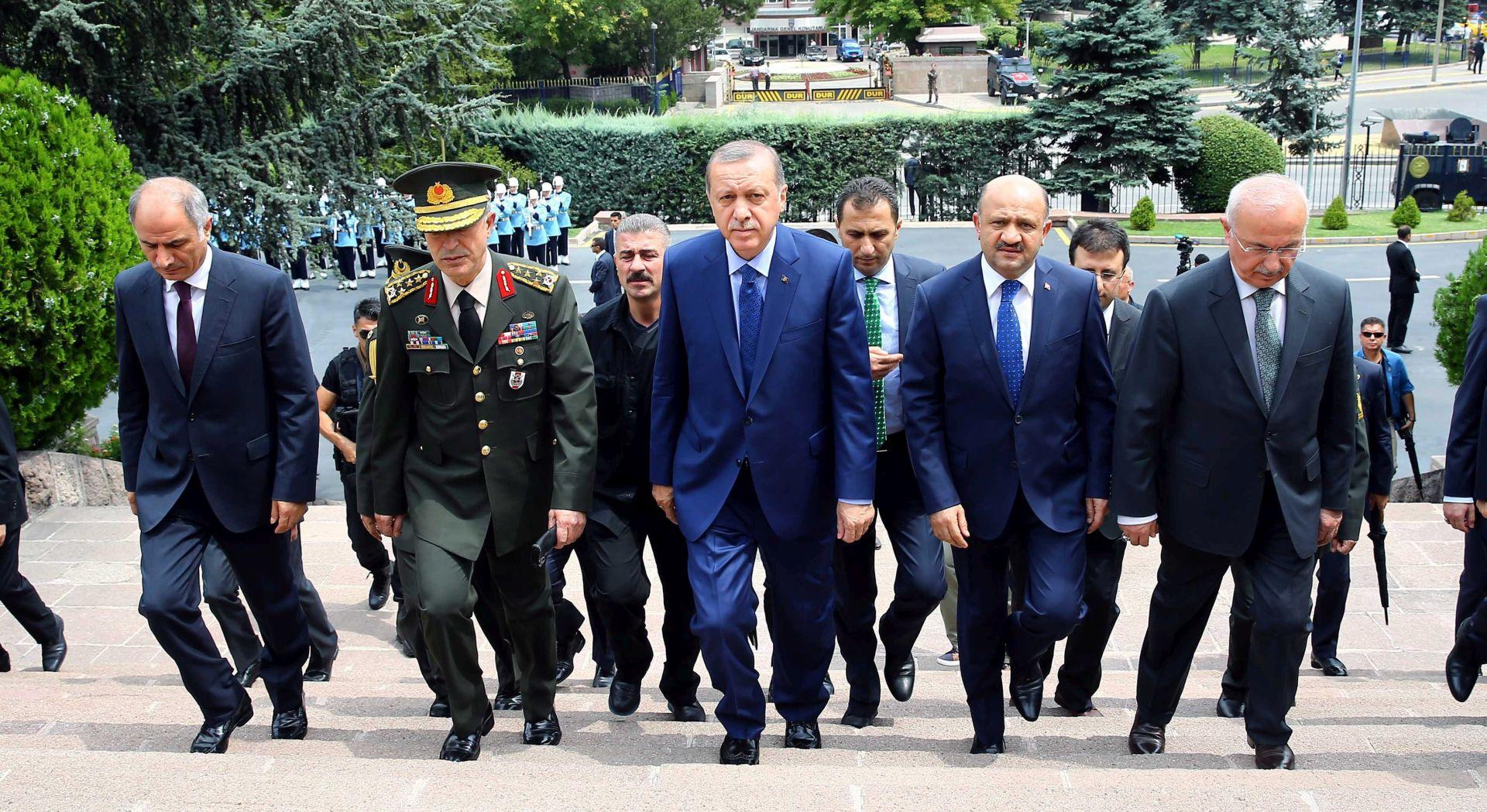 Turska: Otpušteno više od dvije tisuće policajaca i stotine vojnika