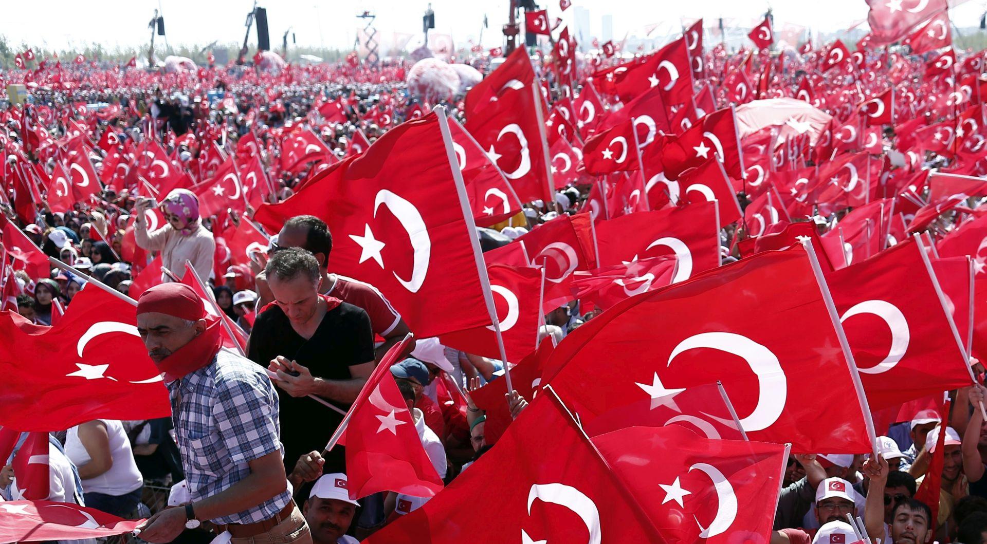 Stotine tisuća Turaka okupljaju se u Istanbulu na Erdoganov poziv