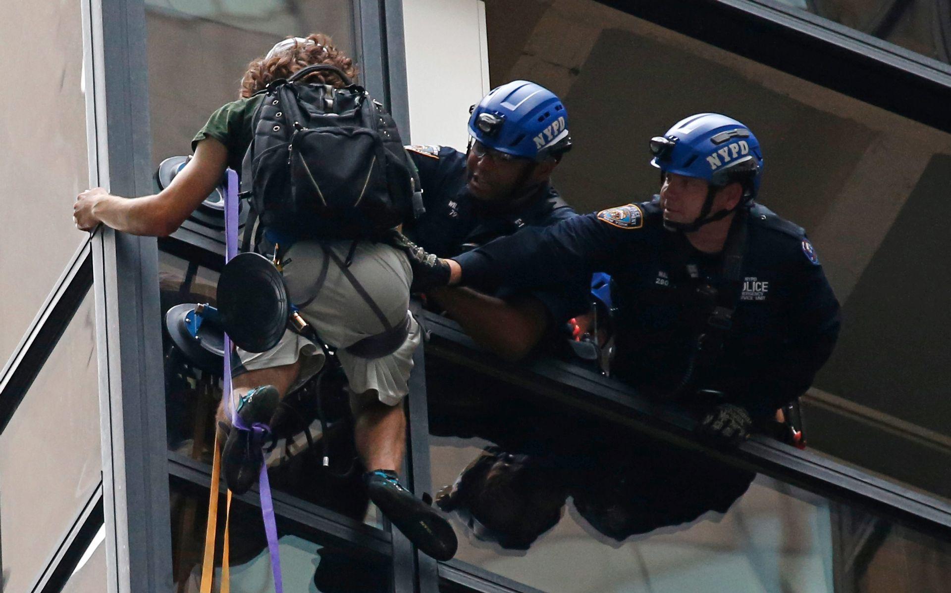 VIDEO: UHIĆEN NA 21. KATU Dvadesetogodišnjak se tri sata penjao po Trump Toweru