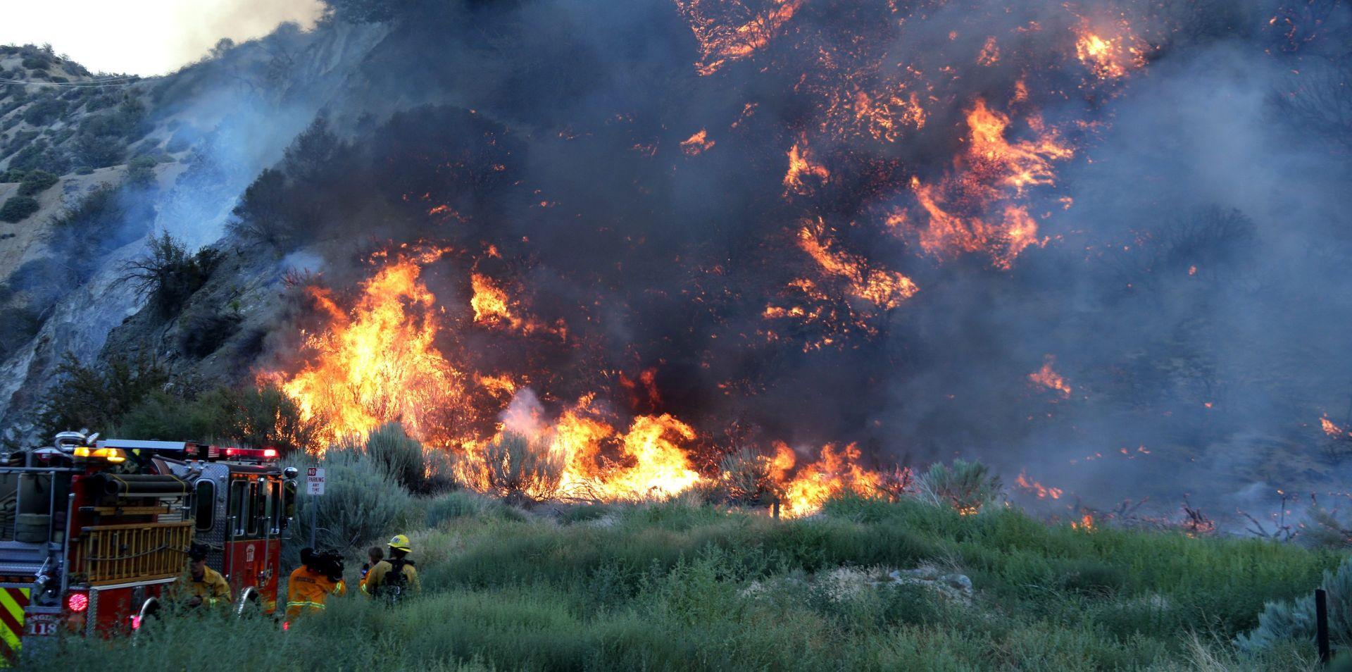 Vatrogasci uglavnom ukrotili požar u južnoj Kaliforniji