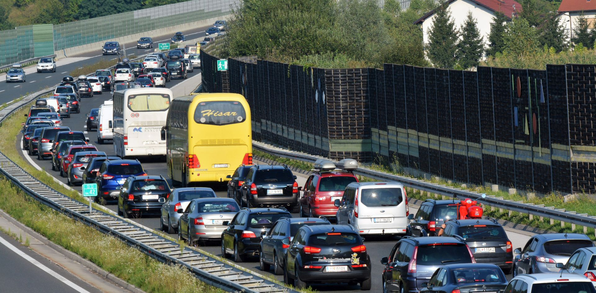 HAK Pojačan promet na cestama prema moru, nesreća na A1 usporava promet