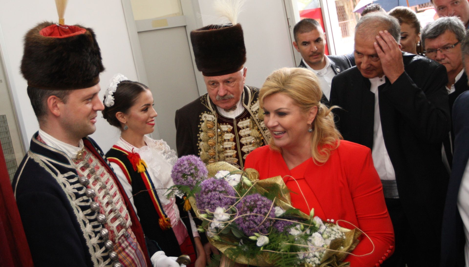 FOTO: DRŽAVNI VRH U SINJU Predsjednica dočekana pljeskom i cvijećem