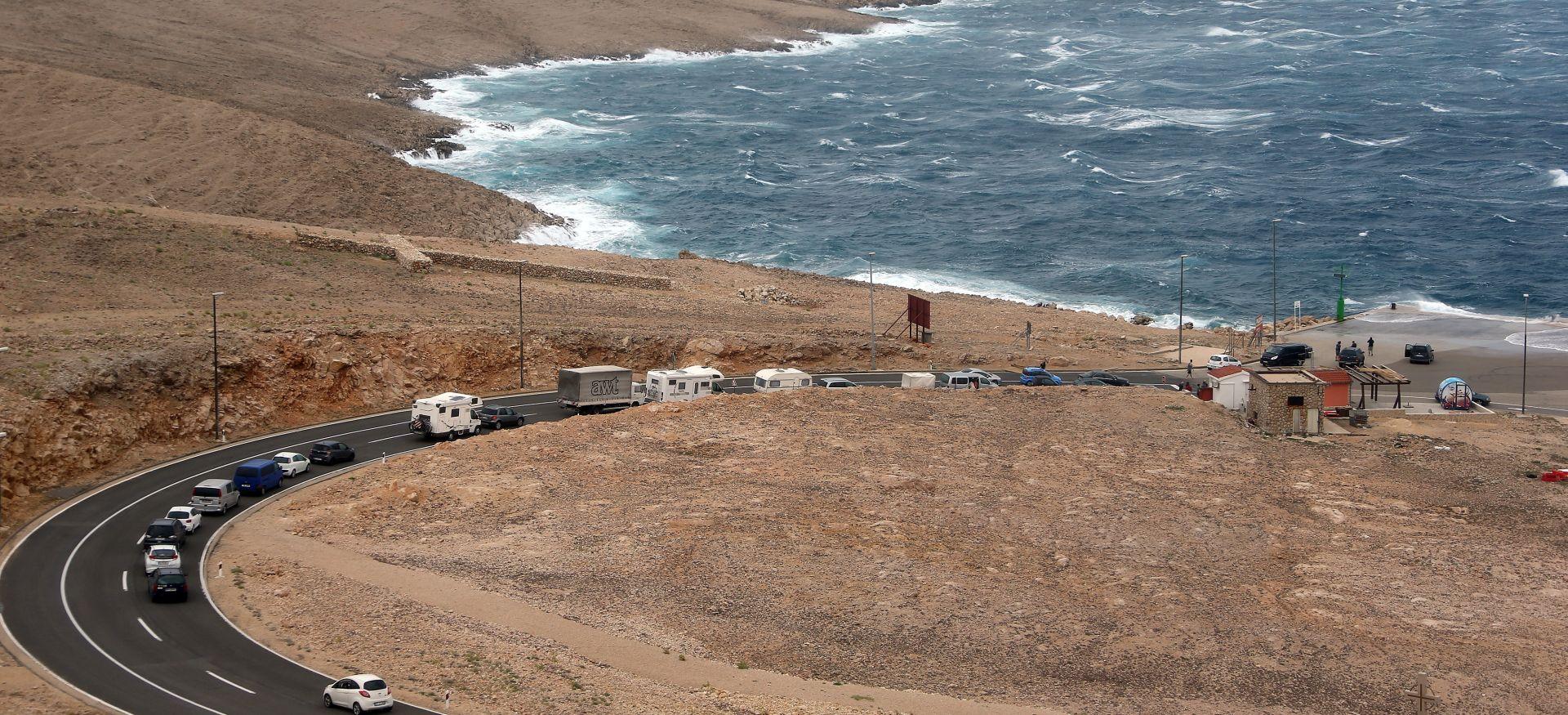 Olujna bura otežava cestovni i pomorski promet, očekuju se gužve tijekom dana