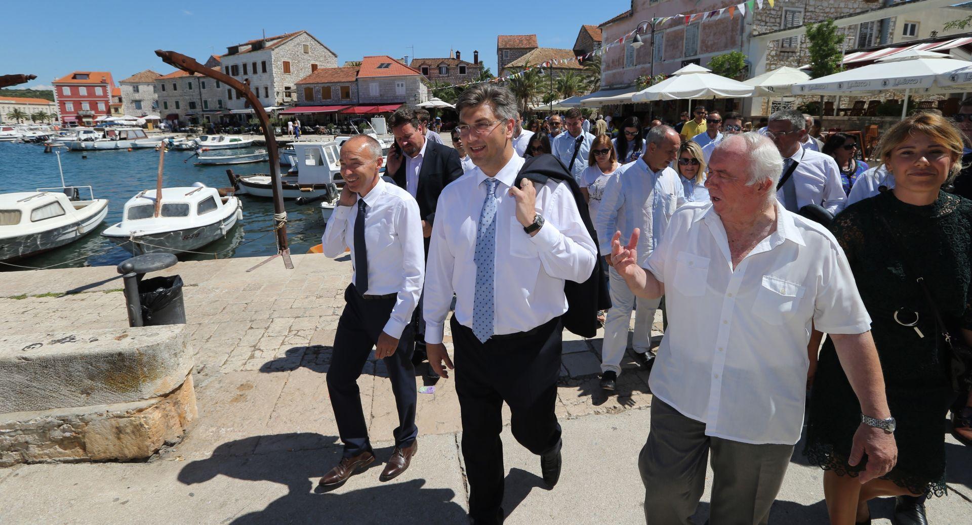Plenković u Starome Gradu počeo izbornu kampanju HDZ-a, zahvalio hvarskim ribarima i težacima