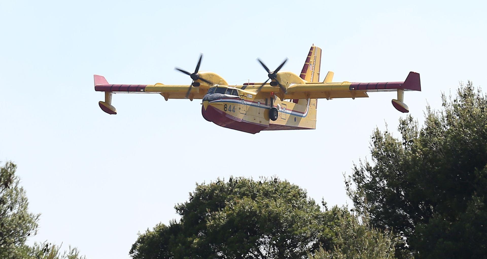 Dva kanadera pomažu u gašenju požara na Biokovu