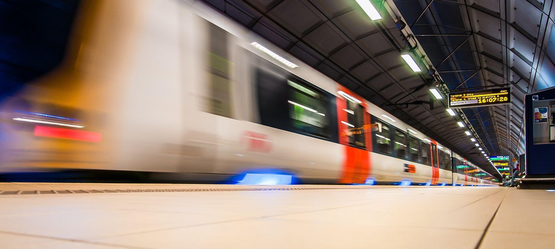 U prevrtanju tramvaja u Londonu petero poginulo, najmanje 50 ljudi završilo u bolnicama