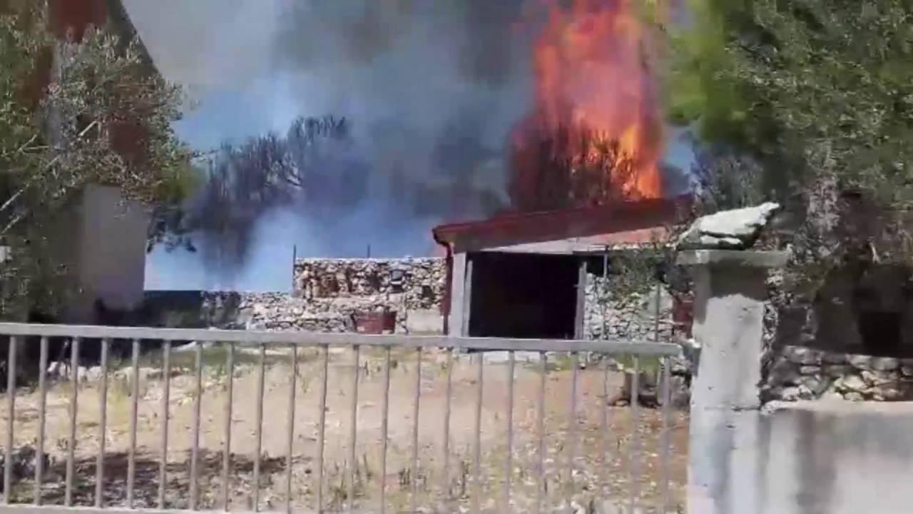 VIDEO DRAMA U VODICAMA: Vatrogasci jedva spasili kuće