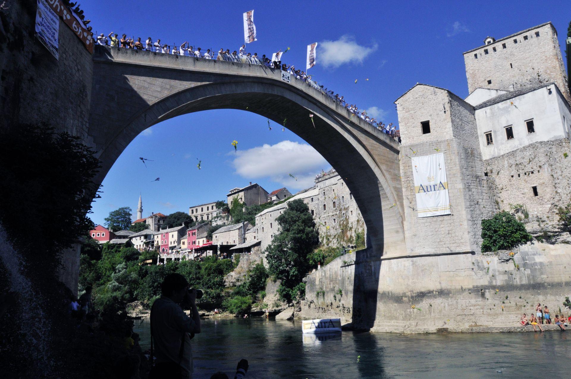 POTRAGA SE NASTAVLJA UJUTRO: Mladić skočio sa Starog mosta u Neretvu i nije izronio