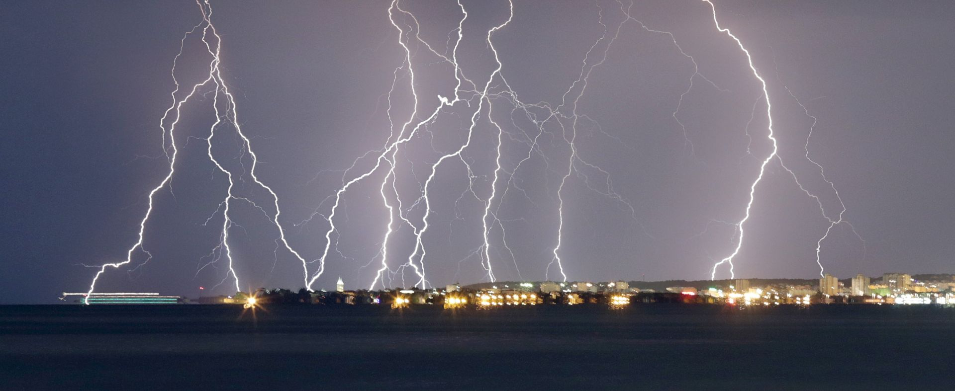NOVA PROMJENA VREMENA: Sutra se očekuje osjetno zahladnjenje, grmljavinski pljuskovi i olujni vjetar