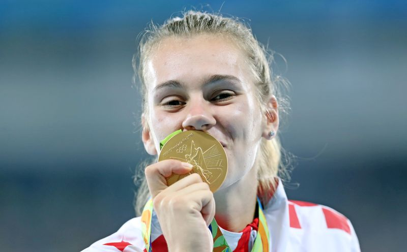 TRENUTAK ZA PAMĆENJE Sara Kolak pred prepunim Olimpijskim stadionom primila svoje zlato