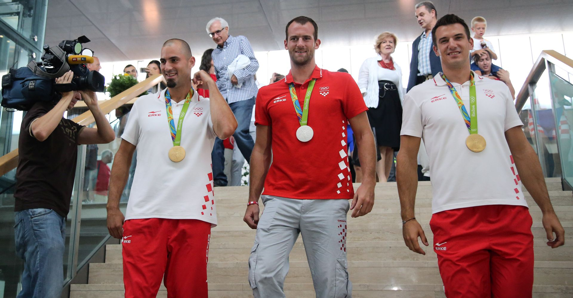 POVRATAK OLIMPIJACA: U Zagrebu dočekani trofejni veslači