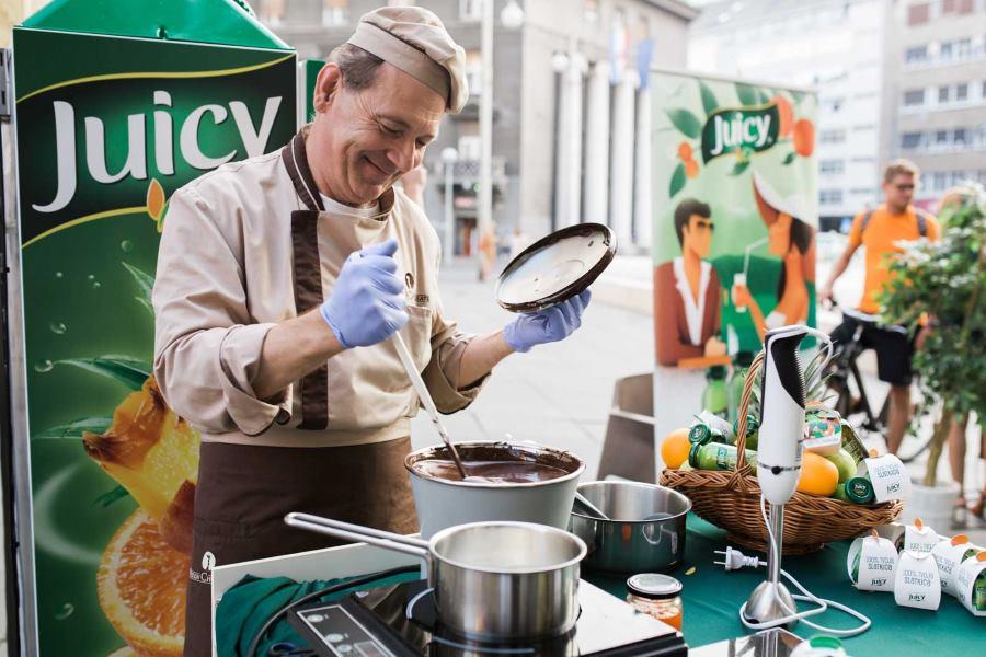 Posebnu pažnju privlačio je i čokolatijer Dubravko Vitlov koji je pred svima izrađivao čokoladne praline