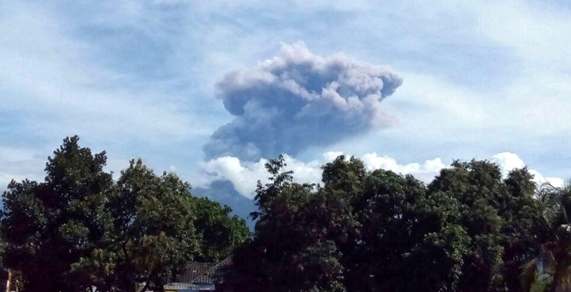 Stotine posjetitelja spuštene s obronaka vulkana u Indoneziji