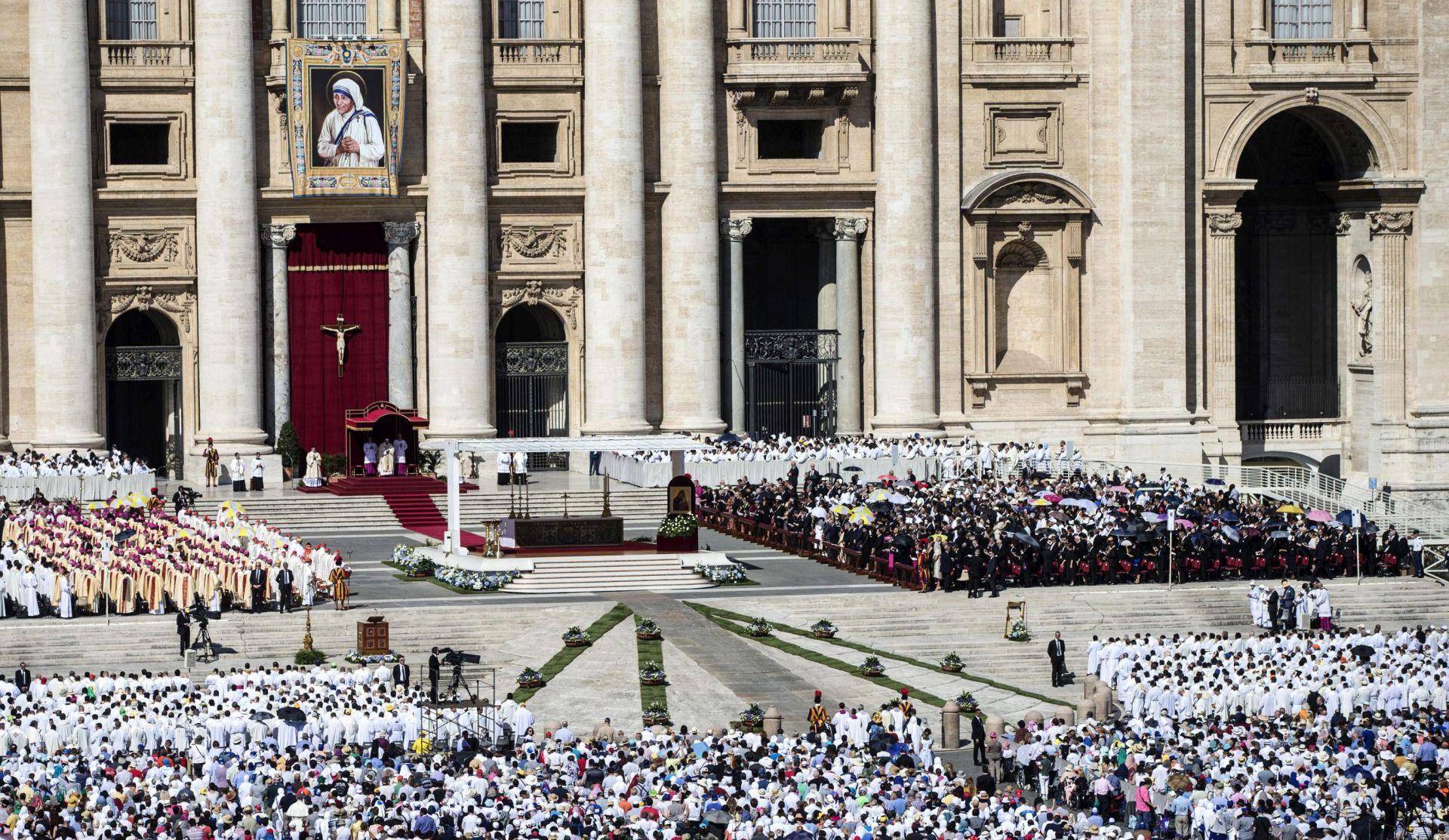FOTO Papa Franjo Majku Terezu proglasio sveticom