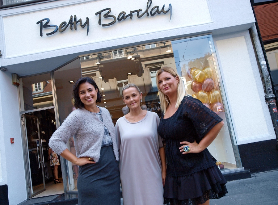 Mirna Medaković, Tatjana Golubić i Alma Premerl ispred novog shopa
