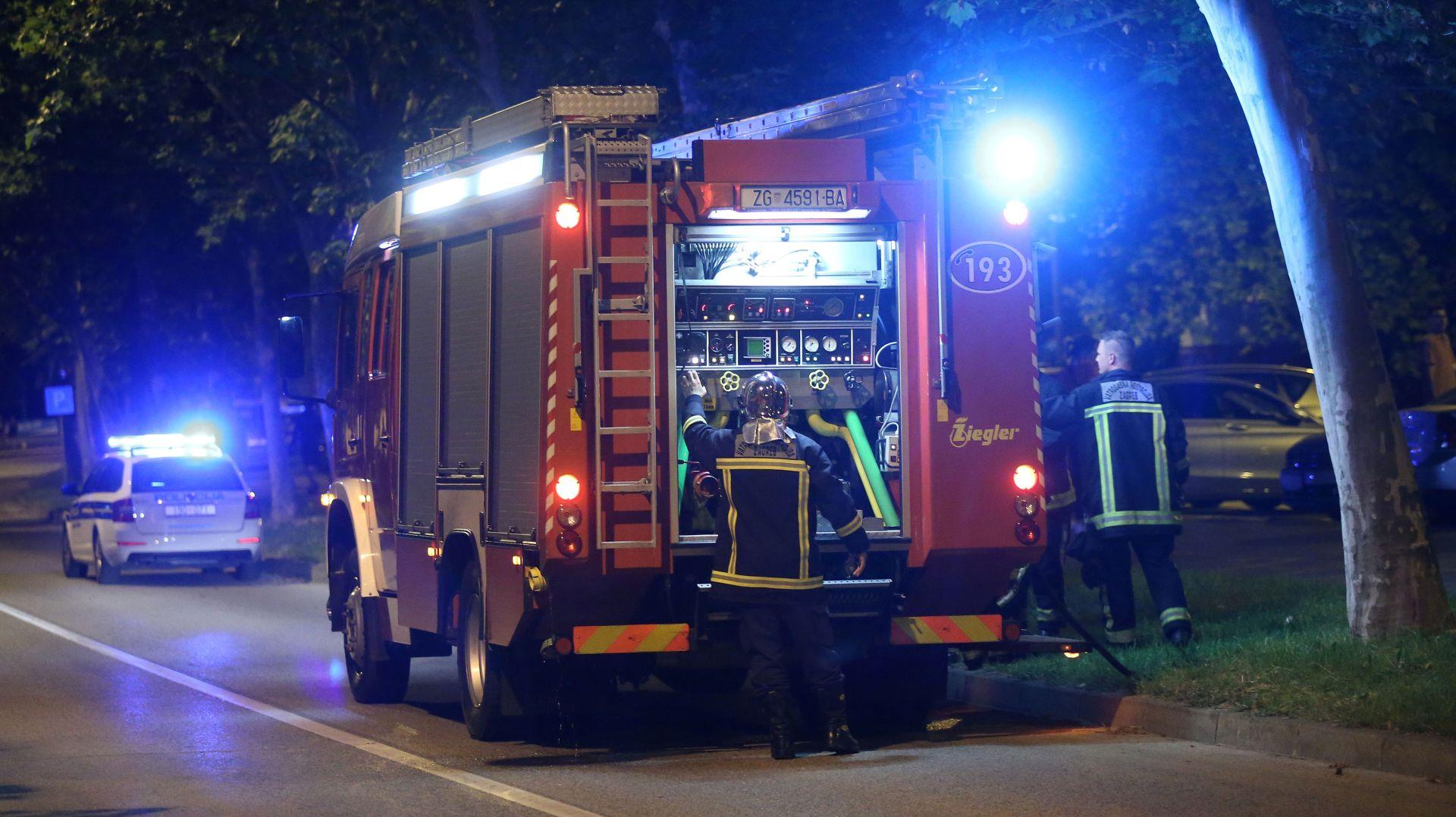 NA KNEŽIJI GORIO AUTOMOBIL Oštećena još dva vozila i pročelje zgrade