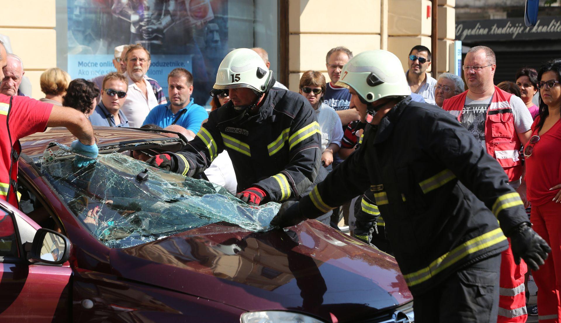 FOTO: NESREĆA U CENTRU OSIJEKA Sudarili se automobil i tramvaj, ozlijeđene dvije trudnice