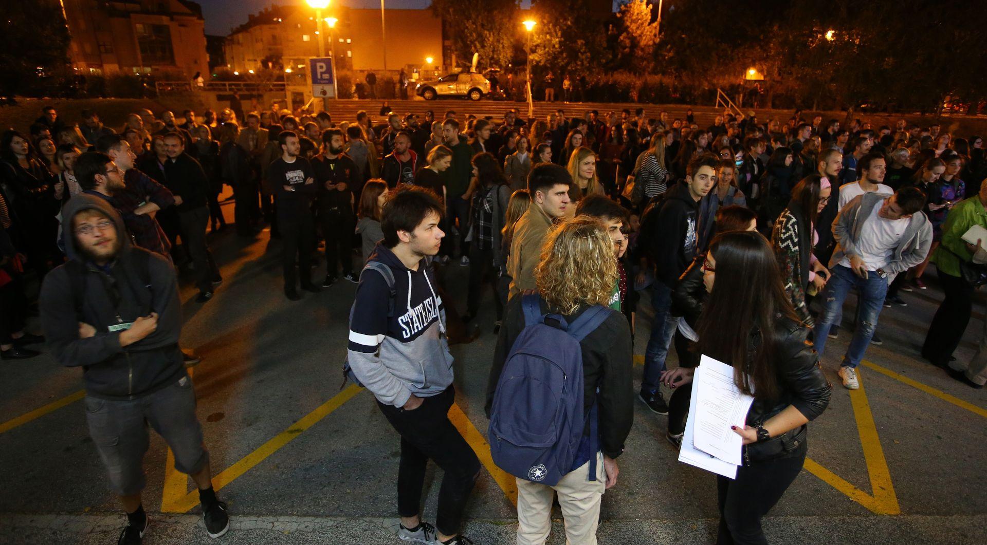 PLENUM NA OTVORENOM Studenti odlučili: Ako Previšić ne podnese ostavku do 3. listopada, idemo u blokadu FFZG-a