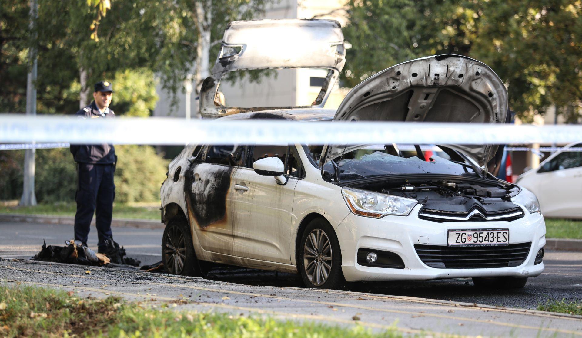 FOTO: Kod Filozofskog fakulteta noćas razbijen i zapaljen osobni automobil