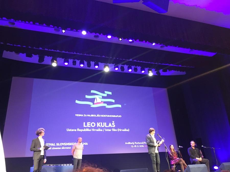 Film je dobio nagradu za najbolju kostimografiju koju potpisuje priznati i nagrađivani slovenski kostimograf Leo Kulaš