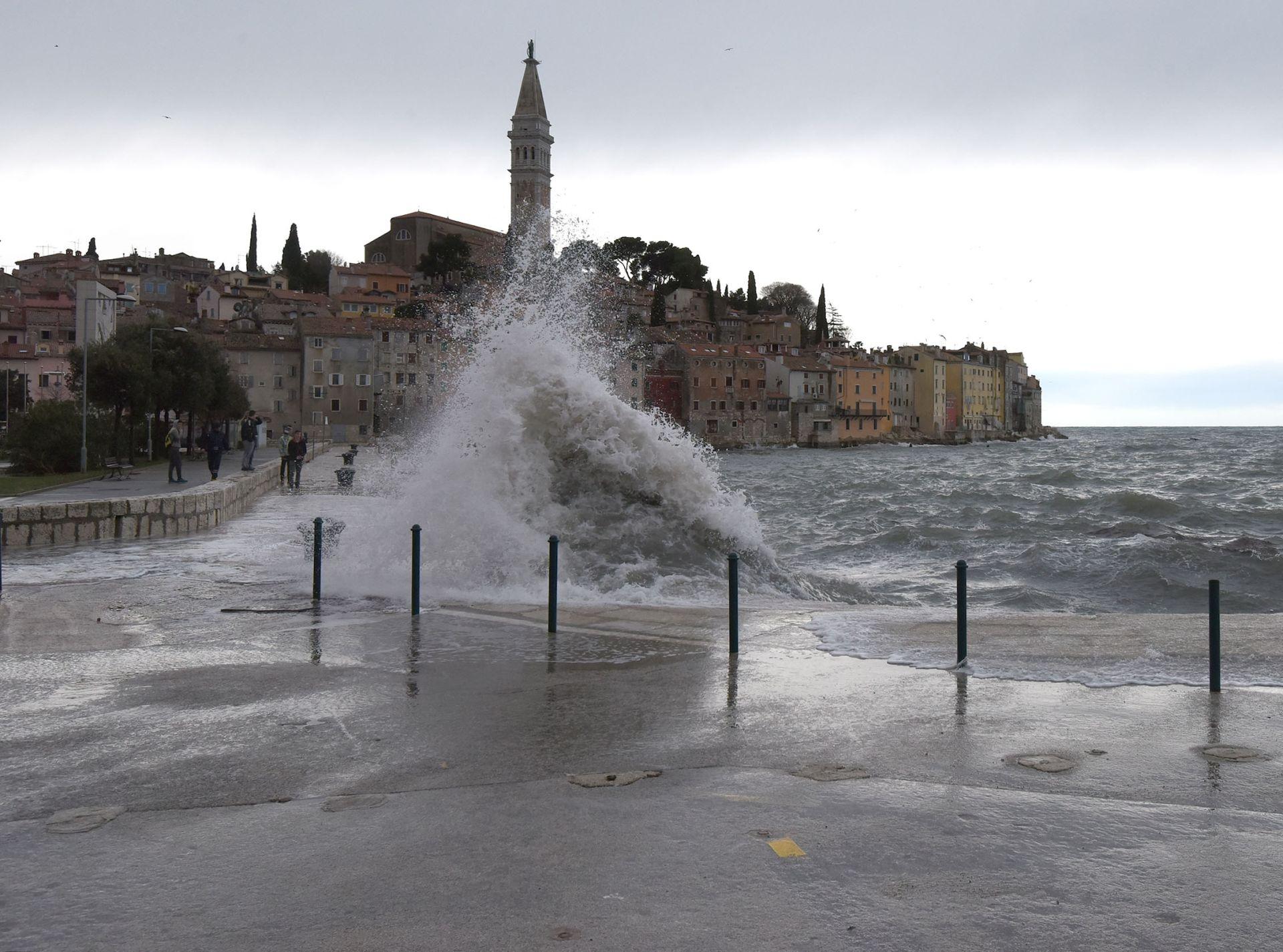 OLUJNO NEVRIJEME U ISTRI: U Poreču bujice na ulicama, voda prodire u poslovne prostore