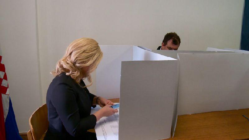 MOBITEL NA BIRAČKOM MJESTU: GONG i Jadranka Kosor kritizirali predsjednicu