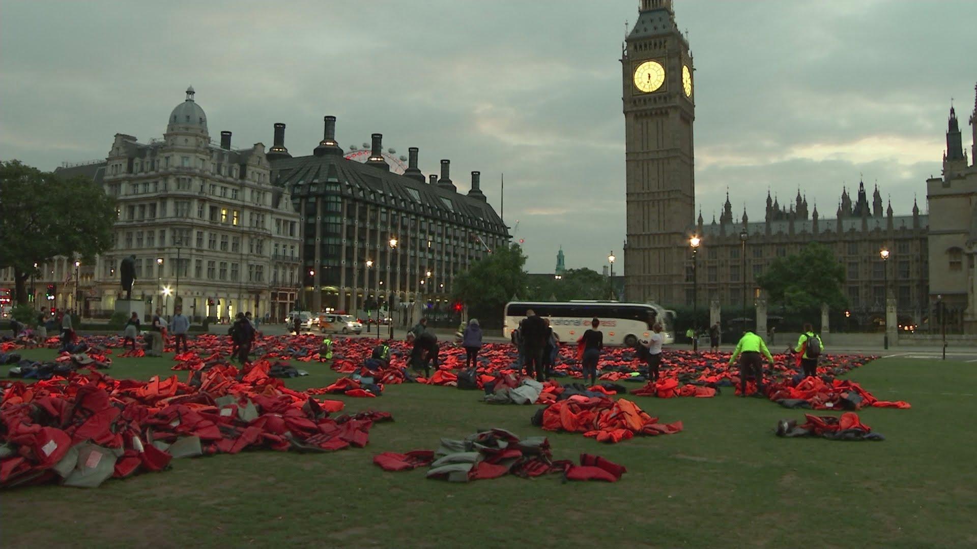 VIDEO: Aktivisti postavili 'groblje' od prsluka za spašavanje u Londonu