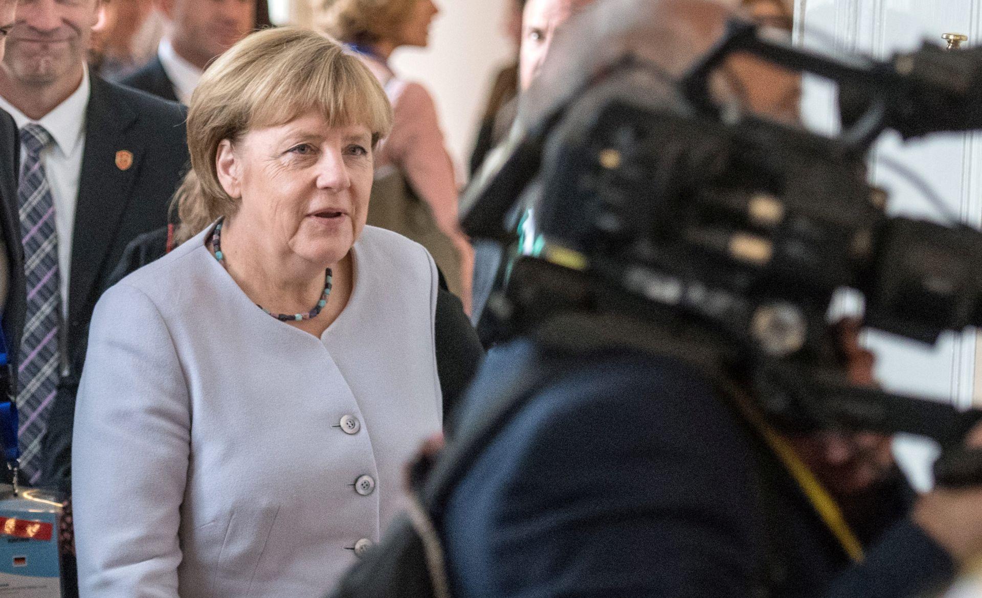 ZAUSTAVLJANJE ILEGALNE IMIGRACIJE: Merkel obećala pomoć Grčkoj i Italiji