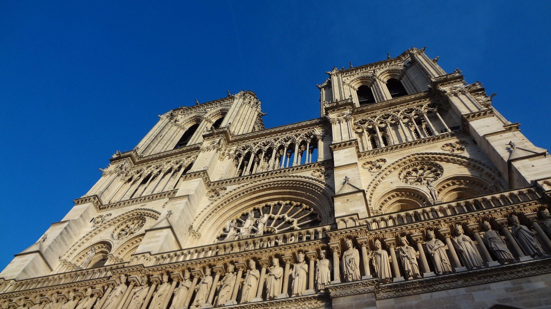 PARIZ Pronađene plinske boce ispred katedrale Notre Dame, dvojica uhićena