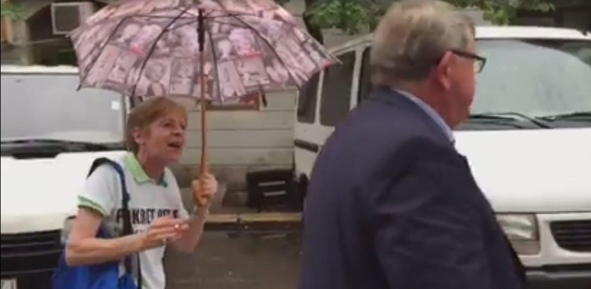 VIDEO: BURNO U RIJECI Obersnel istrgnuo kišobran iz ruku aktivistici koja ga je nazvala 'debelim go****'