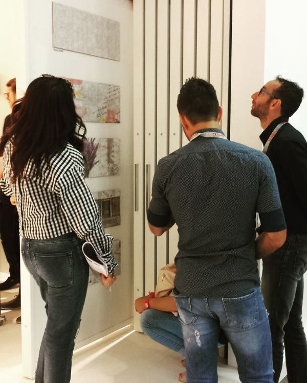 Pažnju brojnih posjetitelja, kupaca i novih potencijalnih partnera, plijenio je elegantan bijeli štand inspiriran malim pločicama, koje mogu stvoriti 'veliki svijet'! Nove kolekcije, kroz svoj dizajn, dimenzijske pomake i namjenu