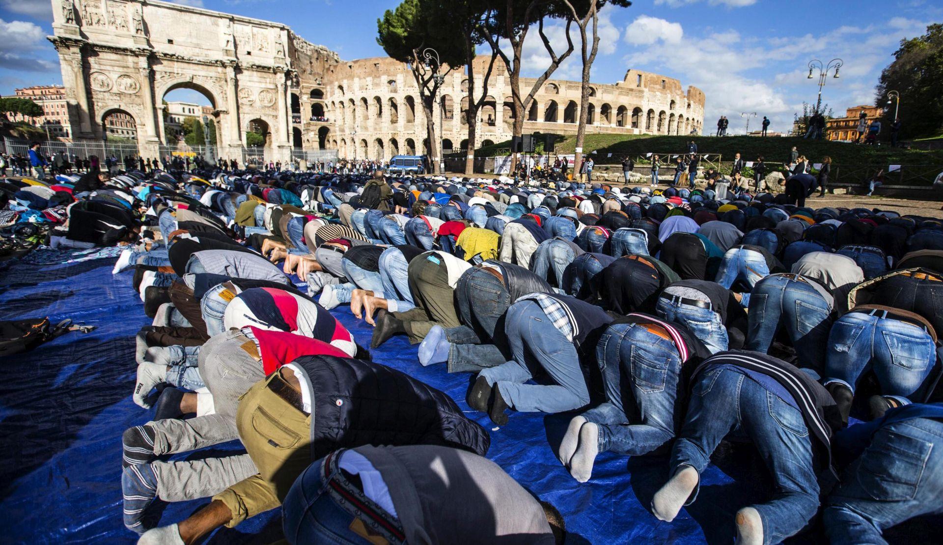 Stotine muslimana prosvjeduje pred Kolosejem u Rimu