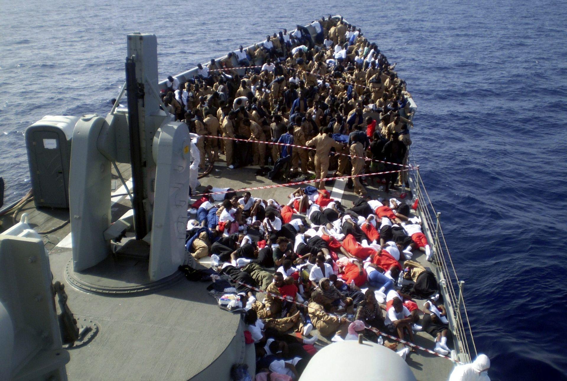 STRAHUJE SE DA SE UTOPILO VIŠE OD 200 LJUDI Kod obale Libije izvučena tijela pet izbjeglica