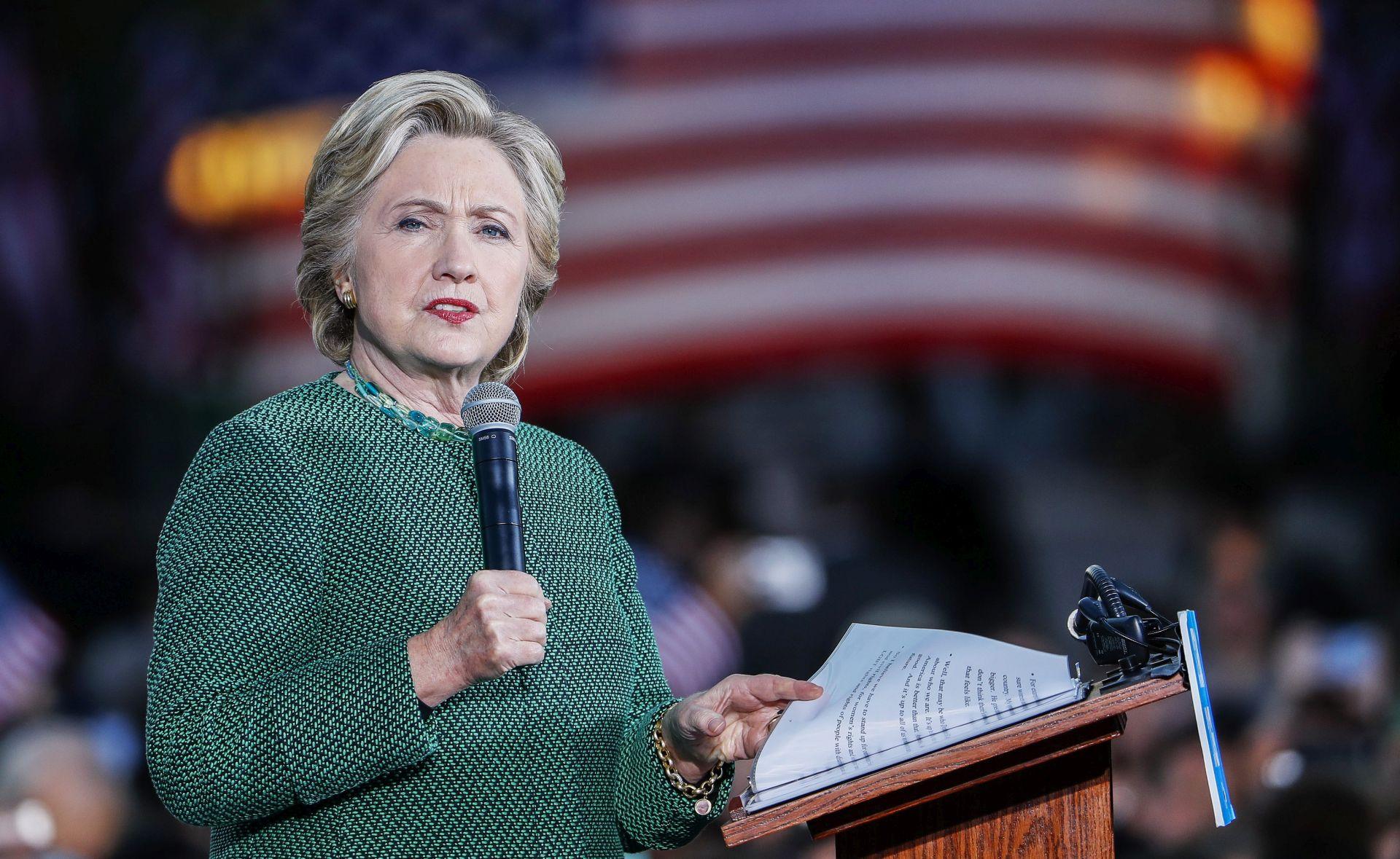 Prednost Clinton se topi dok FBI istražuje e-mailove