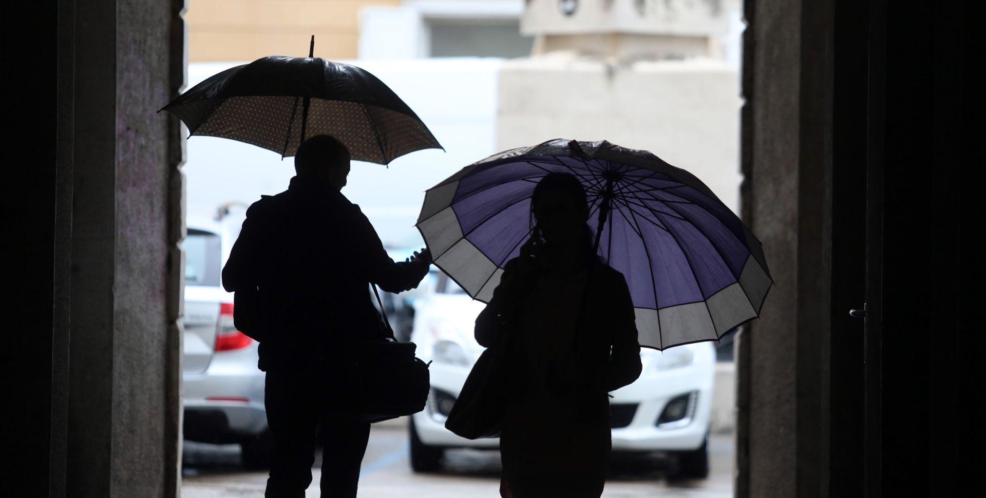 VRIJEME: Pretežno oblačno uz povremenu kišu, na Jadranu jugo