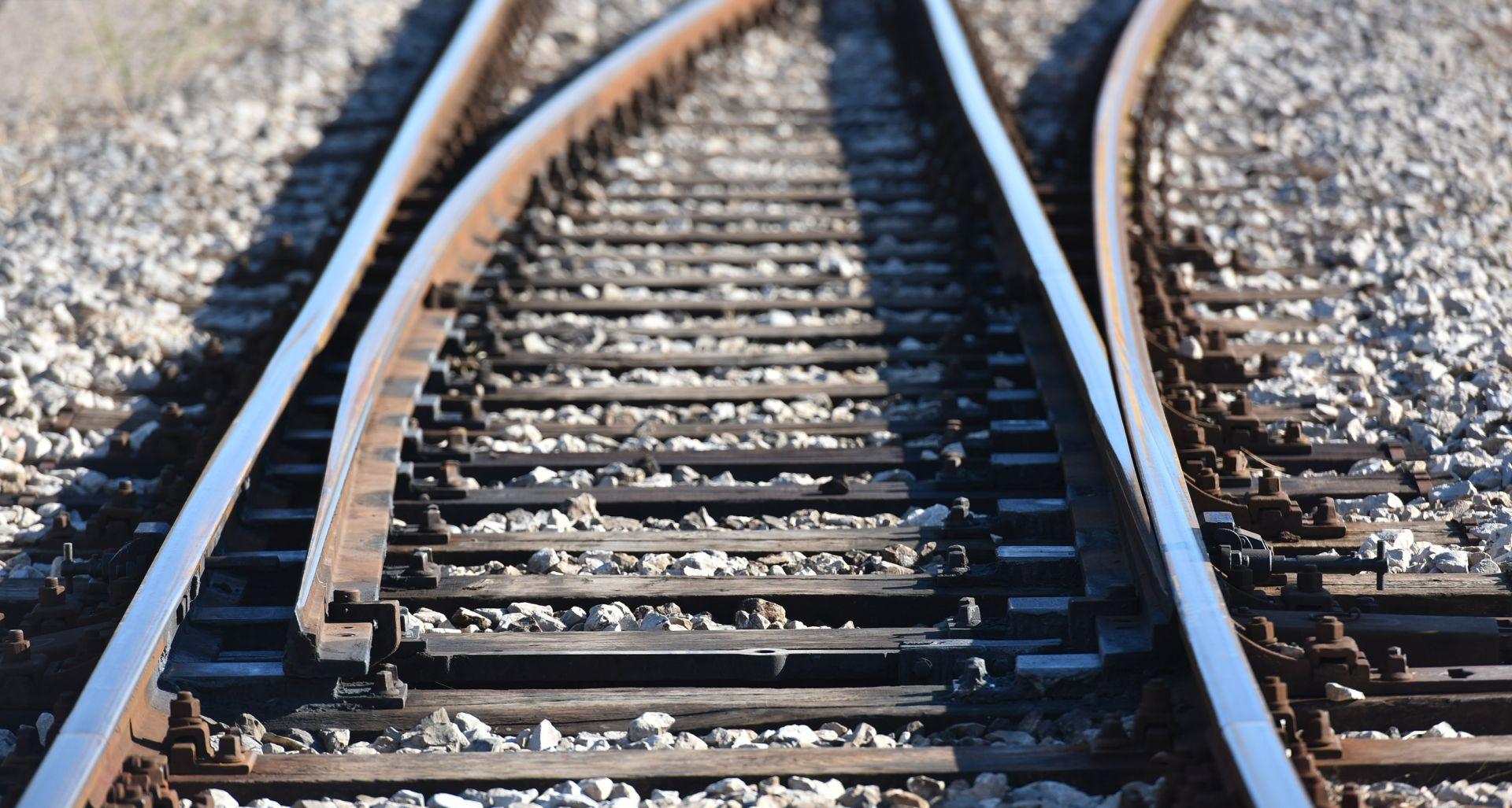 Kod Knina vlak udario muškarca, prevezen u bolnicu