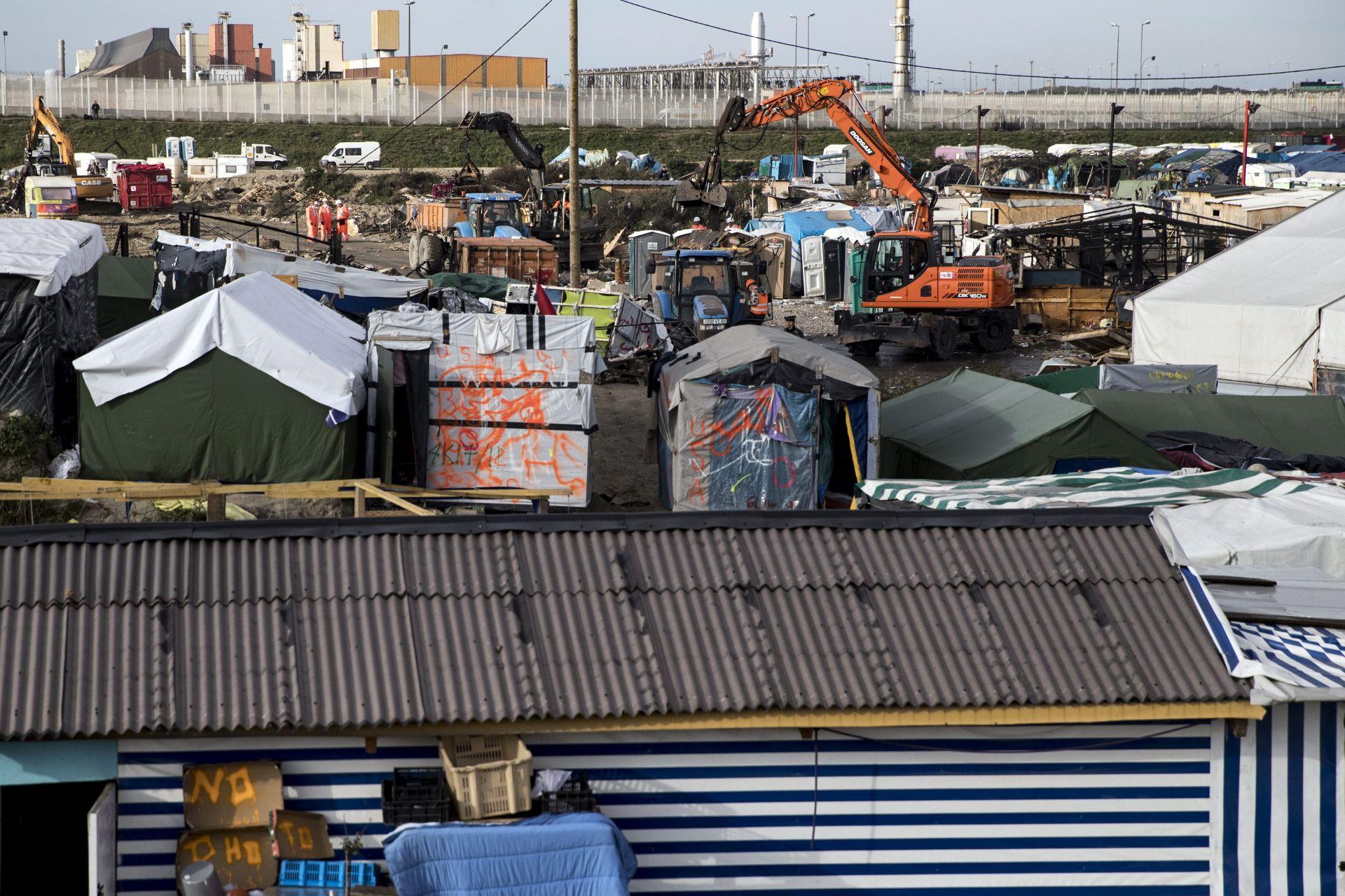 """NAKON EVAKUACIJE: Stotinjak migranata spavalo na otvorenome pokraj """"Džungle"""""""