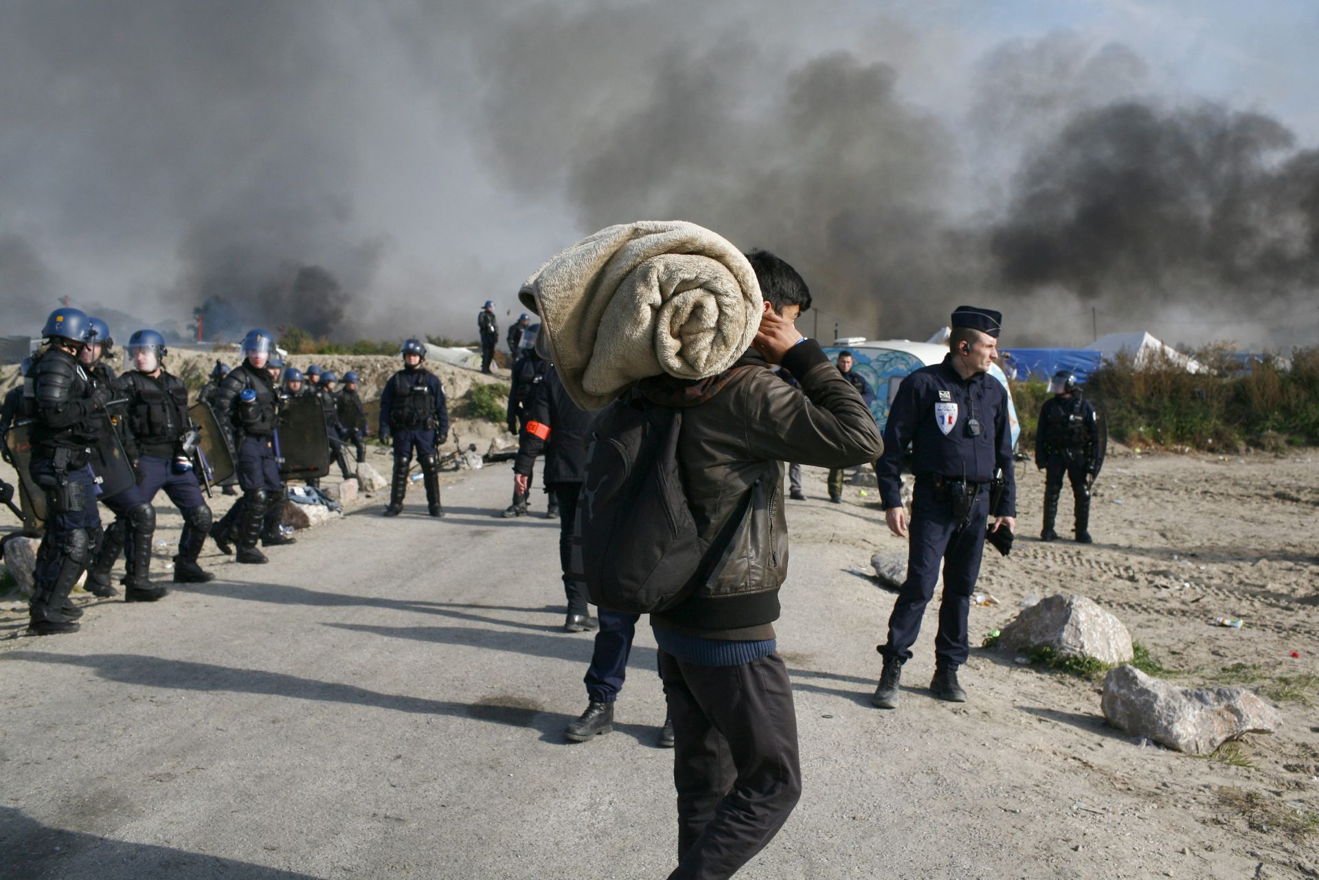 """KRAJ """"DŽUNGLE"""": Migranti napuštaju logor u Calaisu koji nestaje u požaru"""