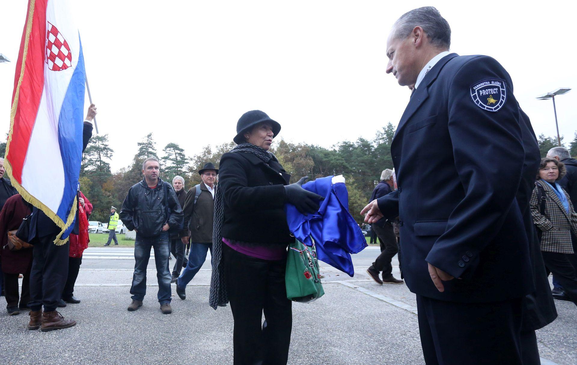 SLOVENIJA Pogrebni obred u Mariboru početak pomirbe, ideološke razlike ostaju