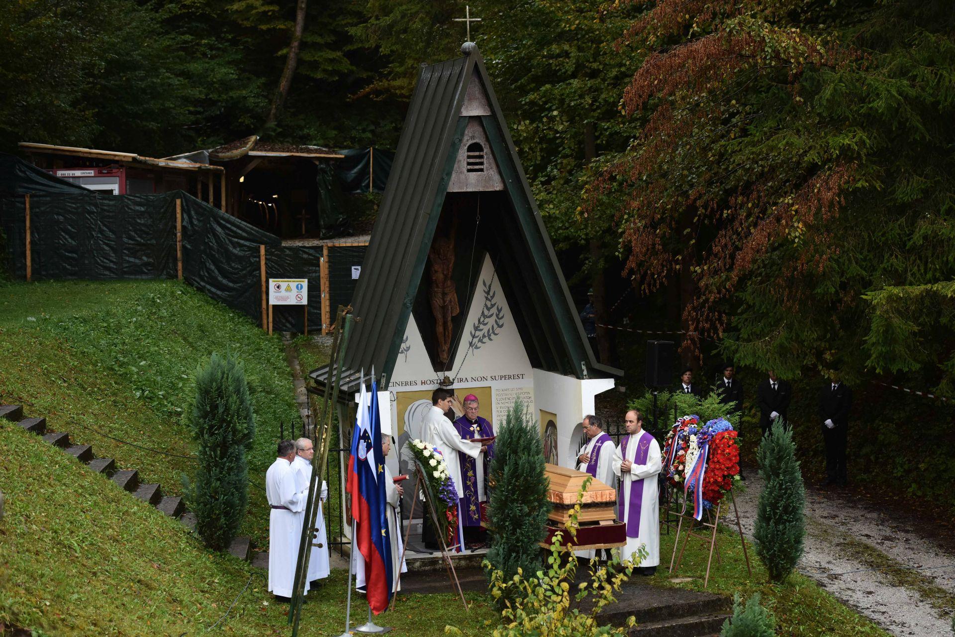 POČETAK PROCESA POMIRENJA: Slovenski biskupi pozdravili pokapanje žrtava Hude Jame