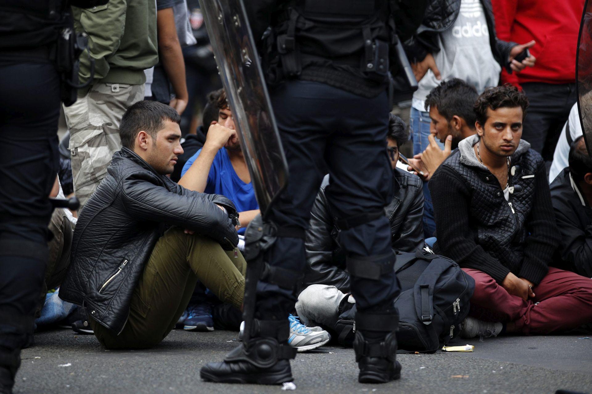 POKUŠAJ PROSVJEDA: Francuski policajci sukobili se s migrantima kod kampa u Calaisu