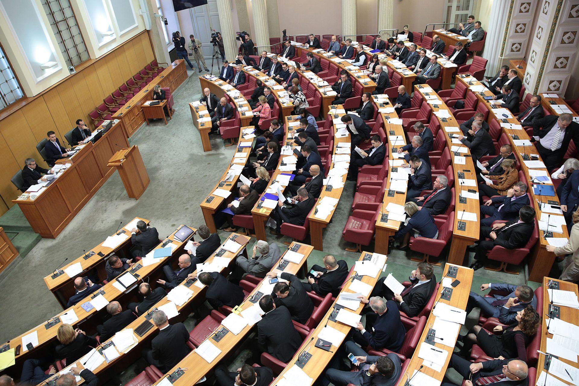 Sabor umjesto o poreznim zakonima zasjedanje započeo stankom
