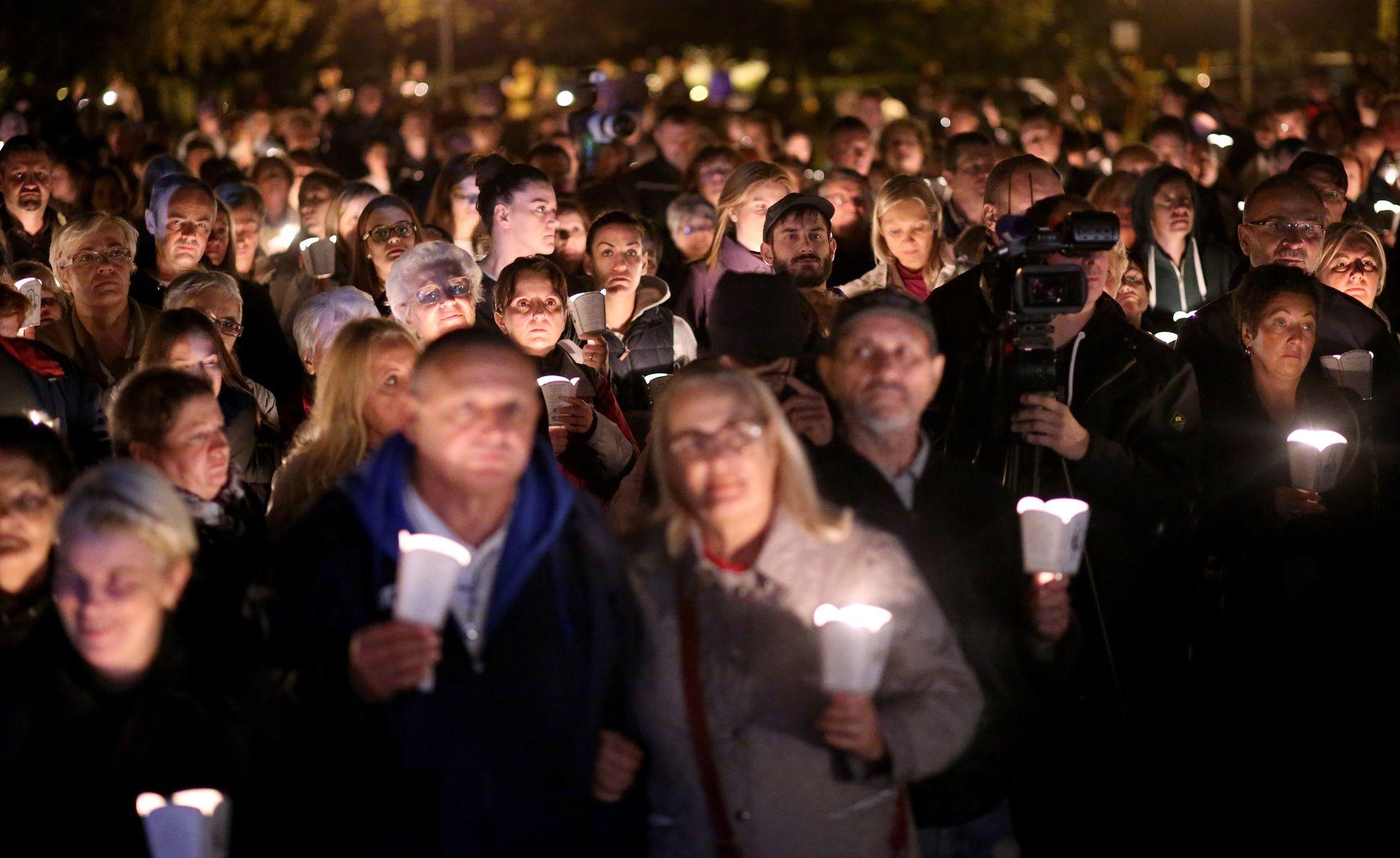 SKUP NA TRNJANSKOJ SAVICI: Vjernici zagrebačke Savice molili za izgradnju crkve u dijelu parka