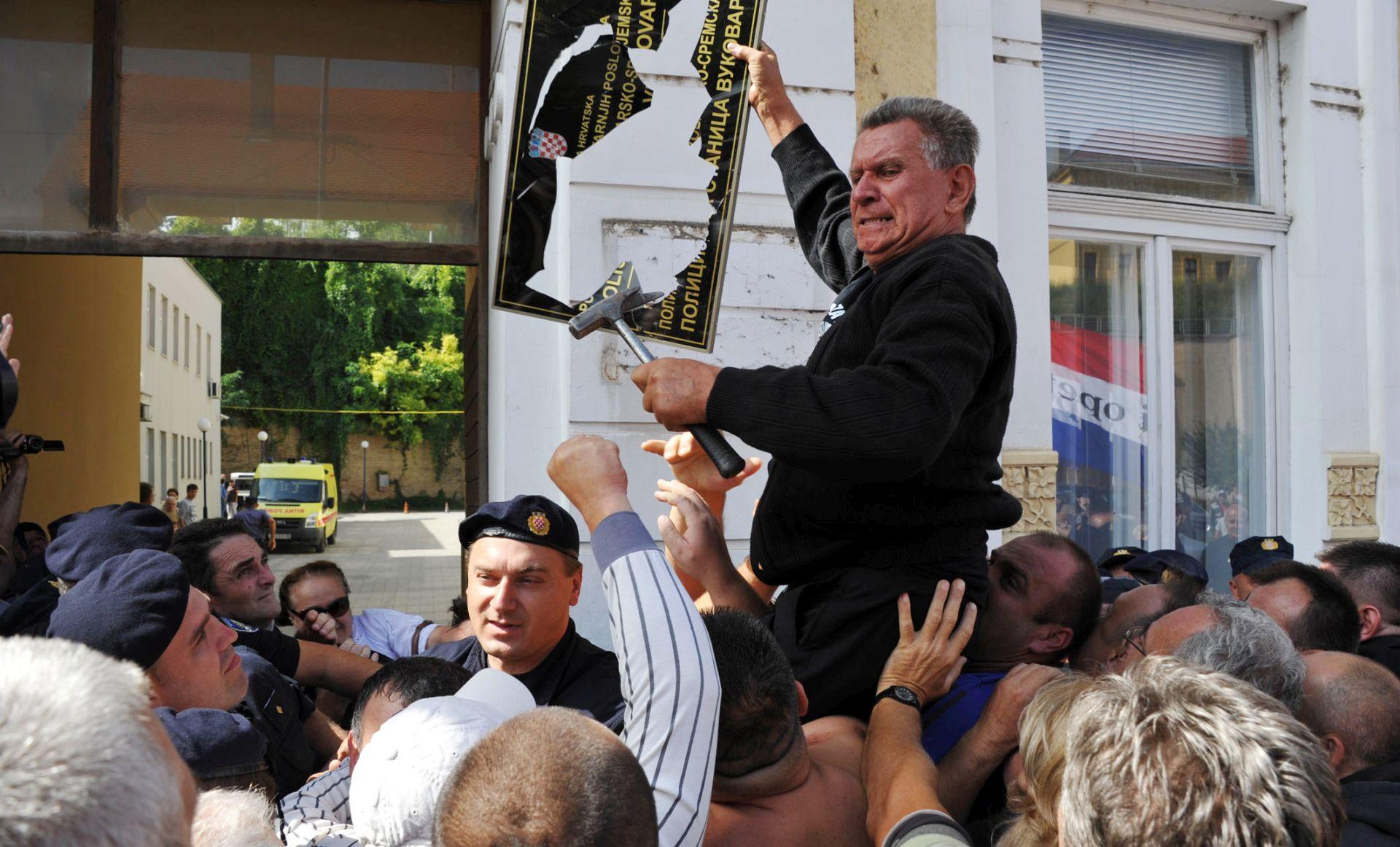 Sud oslobodio Živkovića zbog razbijanja dvojezičnih ploča