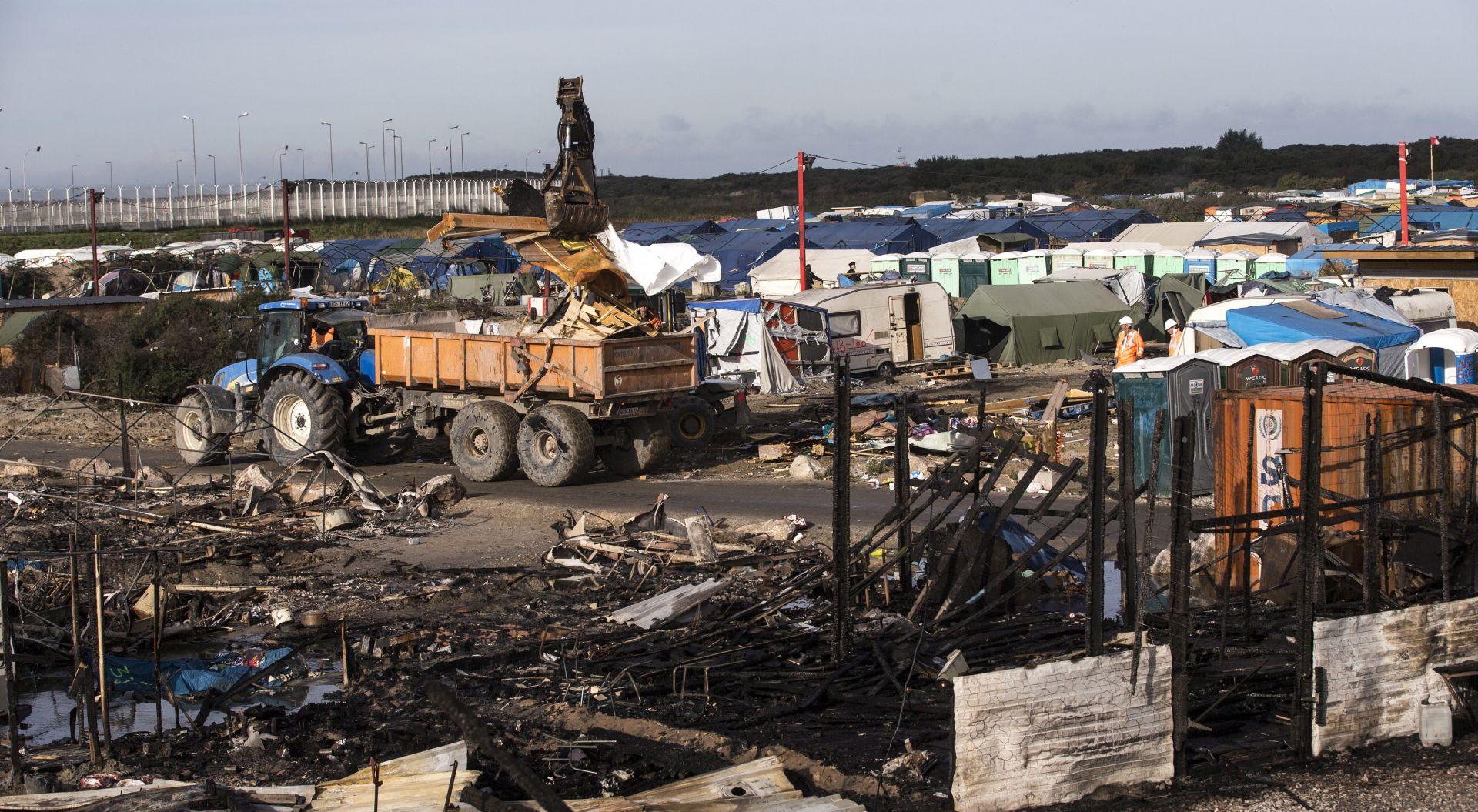 """Mladi migranti preseljeni daleko od bivše """"Džungle"""" u Calaisu"""