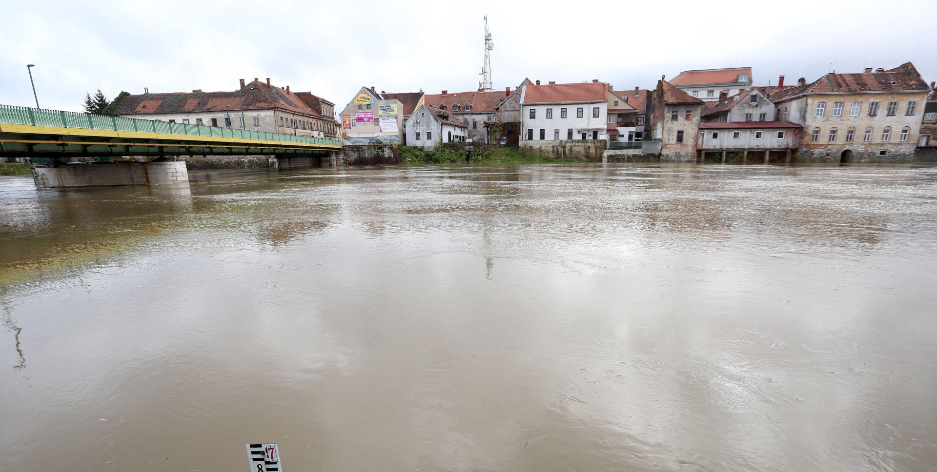 U Karlovcu usporen rast vodostaja rijeka, u Ogulinu borba s naplavinama