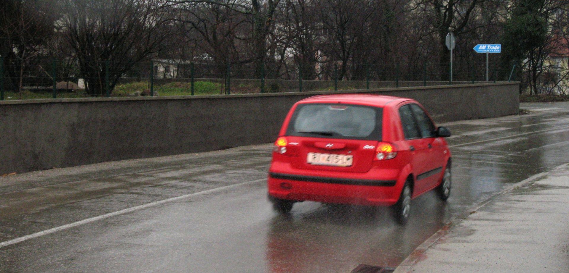 HAK Kiša i mokri kolnici usporavaju promet, u prekidu pomorske linije