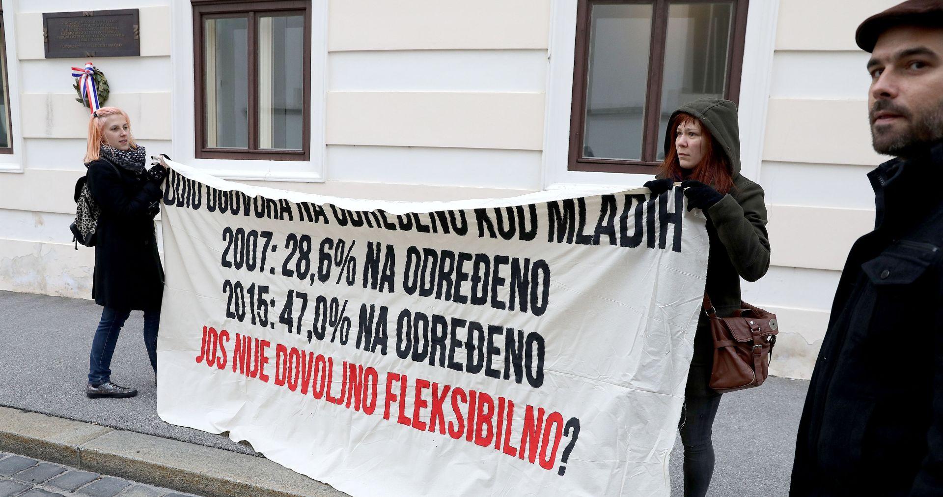 FOTO: Performans ispred zgrade Vlade