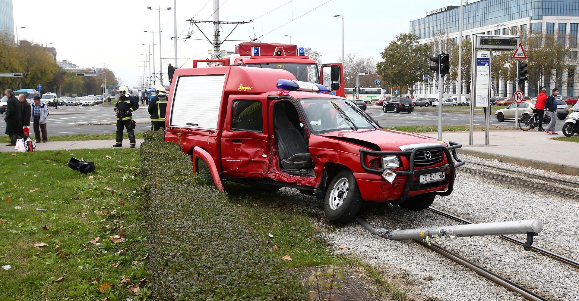 FOTO: Sudar osobnog auta i vatrogasnog vozila kod Avenue Malla, nekoliko ozlijeđenih
